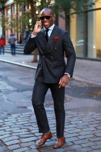 Как и с чем носить: черный двубортный пиджак, голубая классическая рубашка, черные классические брюки, коричневые кожаные туфли дерби