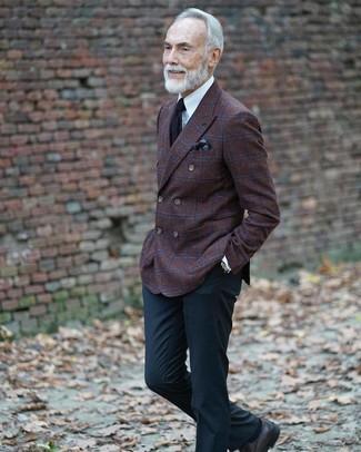 Темно-коричневый нагрудный платок с принтом: с чем носить и как сочетать: Если в одежде ты делаешь ставку на комфорт и практичность, темно-коричневый шерстяной двубортный пиджак в клетку и темно-коричневый нагрудный платок с принтом — великолепный выбор для привлекательного повседневного мужского образа. Что касается обуви, можно отдать предпочтение классике и выбрать черные кожаные туфли дерби.