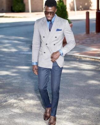 Как и с чем носить: серый двубортный пиджак, голубая классическая рубашка, синие классические брюки, коричневые кожаные оксфорды