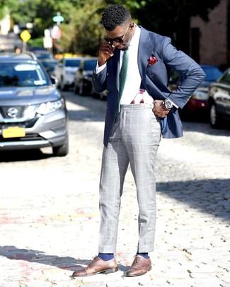 Как и с чем носить: синий двубортный пиджак, белая классическая рубашка, серые классические брюки в шотландскую клетку, коричневые кожаные оксфорды