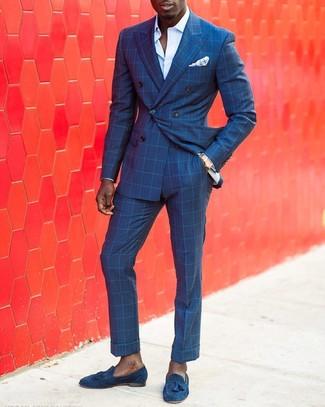 Как и с чем носить: синий двубортный пиджак в клетку, голубая классическая рубашка, синие классические брюки в клетку, синие замшевые лоферы с кисточками