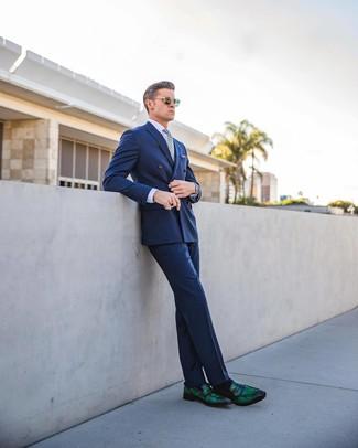 Модный лук: синий двубортный пиджак, светло-фиолетовая классическая рубашка, синие классические брюки, темно-зеленые кожаные лоферы