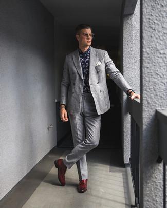 Как и с чем носить: серый шерстяной двубортный пиджак, темно-сине-белая классическая рубашка с цветочным принтом, серые шерстяные классические брюки, красные кожаные монки с двумя ремешками