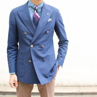 Как и с чем носить: синий двубортный пиджак, голубая классическая рубашка из шамбре, светло-коричневые классические брюки, пурпурный галстук в вертикальную полоску