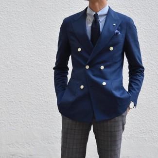 Как и с чем носить: темно-синий двубортный пиджак, голубая классическая рубашка, темно-серые классические брюки в шотландскую клетку, темно-синий галстук