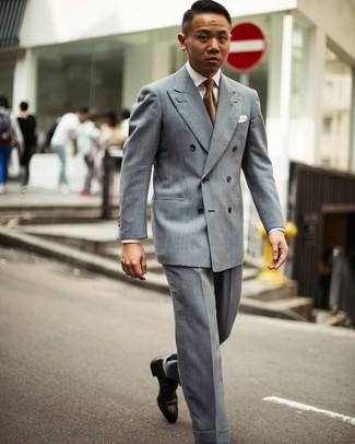 Как и с чем носить: серый двубортный пиджак, белая классическая рубашка, серые классические брюки, темно-коричневые кожаные оксфорды