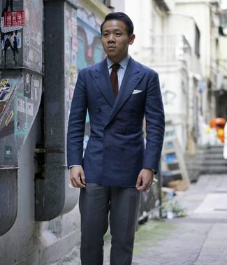 Как и с чем носить: темно-синий двубортный пиджак, голубая классическая рубашка в вертикальную полоску, темно-серые классические брюки, темно-коричневый вязаный галстук