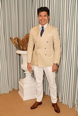 Как и с чем носить: светло-коричневый двубортный пиджак, бело-синяя классическая рубашка в вертикальную полоску, белые классические брюки, коричневые кожаные оксфорды