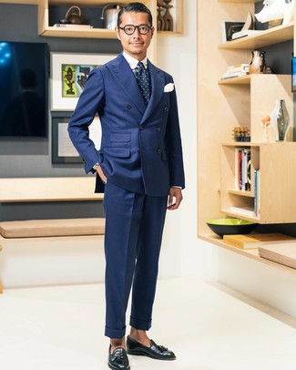 Как и с чем носить: темно-синий двубортный пиджак, бело-темно-синяя классическая рубашка в шотландскую клетку, темно-синие классические брюки, черные кожаные лоферы с кисточками