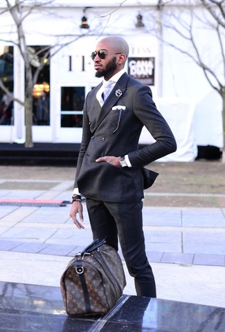 Как и с чем носить: темно-серый двубортный пиджак, белая классическая рубашка, темно-серые классические брюки, темно-коричневая кожаная дорожная сумка с принтом