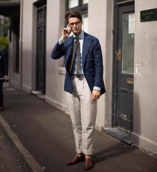 Как и с чем носить: темно-синий двубортный пиджак, голубая классическая рубашка в вертикальную полоску, бежевые льняные классические брюки, коричневые кожаные лоферы