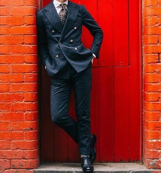 Черные кожаные броги: с чем носить и как сочетать: Несмотря на то, что это довольно-таки консервативный образ, тандем темно-синего шерстяного двубортного пиджака и темно-синих шерстяных классических брюк неизменно нравится стильным мужчинам, пленяя при этом сердца прекрасных дам. Такой ансамбль легко адаптировать к повседневным условиям городской жизни, если завершить его черными кожаными брогами.