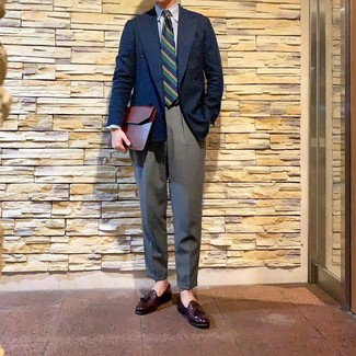 Как и с чем носить: темно-синий двубортный пиджак, бело-синяя классическая рубашка в вертикальную полоску, серые классические брюки, темно-красные кожаные лоферы с кисточками