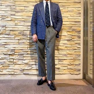 Как и с чем носить: темно-синий двубортный пиджак, белая классическая рубашка, серые классические брюки, черные кожаные лоферы с кисточками