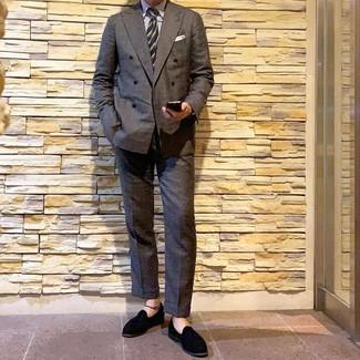 Как и с чем носить: темно-серый двубортный пиджак, белая классическая рубашка в вертикальную полоску, темно-серые классические брюки, черные замшевые лоферы с кисточками