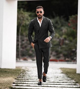 Как и с чем носить: черный двубортный пиджак, белая классическая рубашка, черные классические брюки, черные кожаные монки с двумя ремешками