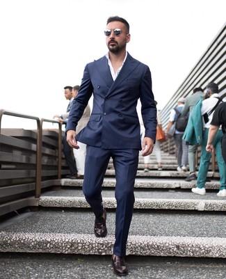 Как и с чем носить: темно-синий двубортный пиджак, белая классическая рубашка, темно-синие классические брюки, темно-красные кожаные лоферы