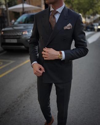 Как и с чем носить: темно-серый двубортный пиджак, белая классическая рубашка, темно-серые классические брюки, коричневые кожаные оксфорды