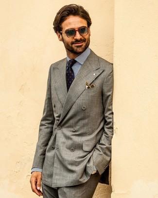 Как и с чем носить: серый двубортный пиджак, бело-темно-синяя классическая рубашка в вертикальную полоску, темно-серые классические брюки, темно-синий галстук с принтом