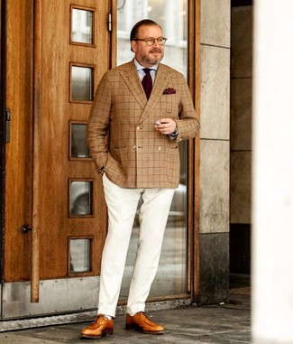Как и с чем носить: светло-коричневый двубортный пиджак в шотландскую клетку, голубая классическая рубашка, белые классические брюки, светло-коричневые кожаные туфли дерби
