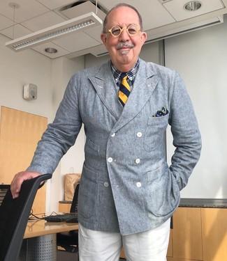 Как одеваться мужчине за 60: Несмотря на то, что это достаточно выдержанный ансамбль, дуэт серого двубортного пиджака и белых классических брюк всегда будет по душе стильным молодым людям, но также покоряет при этом сердца прекрасных дам.