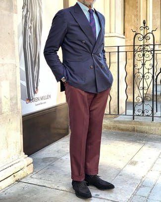 Как и с чем носить: темно-синий двубортный пиджак, голубая классическая рубашка, темно-красные классические брюки, черные замшевые туфли дерби