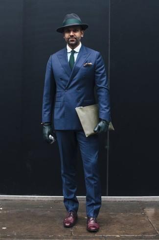 Темно-синие классические брюки: с чем носить и как сочетать мужчине: Темно-синий двубортный пиджак в паре с темно-синими классическими брюками поможет воплотить строгий деловой стиль. Этот ансамбль великолепно завершат темно-пурпурные кожаные туфли дерби.