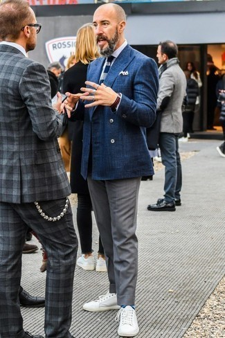 Темно-синий нагрудный платок: с чем носить и как сочетать: В тандеме друг с другом темно-синий двубортный пиджак и темно-синий нагрудный платок будут выглядеть весьма выгодно. Переходя к обуви, можно завершить ансамбль белыми кожаными низкими кедами.