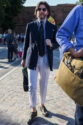 Бело-темно-синяя классическая рубашка в вертикальную полоску: с чем носить и как сочетать мужчине: Несмотря на то, что это довольно сдержанный лук, дуэт бело-темно-синей классической рубашки в вертикальную полоску и белых классических брюк всегда будет по душе стильным мужчинам, покоряя при этом сердца представительниц прекрасного пола. В паре с этим луком гармонично смотрятся темно-серые кожаные оксфорды.