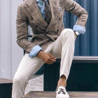 Белые классические брюки: с чем носить и как сочетать мужчине: Несмотря на то, что это достаточно консервативный лук, дуэт коричневого двубортного пиджака и белых классических брюк является неизменным выбором современных джентльменов, неминуемо пленяя при этом сердца прекрасных дам. Чтобы лук не получился слишком строгим, можешь надеть бежевые замшевые лоферы с кисточками.