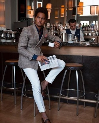 Белые классические брюки: с чем носить и как сочетать мужчине: Несмотря на то, что это довольно сдержанный лук, сочетание серого двубортного пиджака в шотландскую клетку и белых классических брюк всегда будет выбором современных джентльменов, неминуемо пленяя при этом сердца представительниц прекрасного пола. Создать стильный контраст с остальными вещами из этого образа помогут коричневые кожаные лоферы.