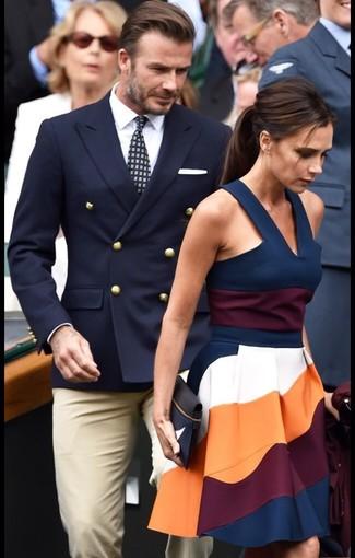 Несмотря на то, что этот образ выглядит довольно консервативно, дуэт темно-синего двубортного пиджака и бежевых классических брюк неизменно нравится стильным молодым людям, неизменно пленяя при этом дамские сердца.
