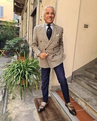 С чем носить желтый нагрудный платок: Если в одежде ты делаешь ставку на комфорт и функциональность, светло-коричневый двубортный пиджак в шотландскую клетку и желтый нагрудный платок — хороший вариант для расслабленного повседневного мужского образа. Думаешь добавить в этот наряд нотку классики? Тогда в качестве дополнения к этому луку, выбери темно-коричневые кожаные лоферы c бахромой.