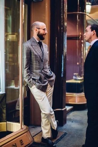 С чем носить темно-синий галстук мужчине: Несмотря на то, что это классический ансамбль, тандем серого двубортного пиджака в шотландскую клетку и темно-синего галстука всегда будет нравиться стильным мужчинам, но также пленяет при этом дамские сердца. В паре с этим ансамблем наиболее гармонично будут смотреться темно-синие кожаные оксфорды.