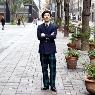 С чем носить черные кожаные монки: Несмотря на то, что этот ансамбль довольно классический, сочетание темно-синего двубортного пиджака и темно-сине-зеленых классических брюк в шотландскую клетку неизменно нравится стильным мужчинам, а также пленяет сердца прекрасных дам. Любишь дерзкие сочетания? Заверши свой лук черными кожаными монками.