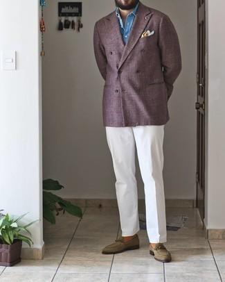С чем носить оливковые замшевые лоферы мужчине: Сочетание пурпурного двубортного пиджака и белых классических брюк позволит создать эффектный мужской лук. Такой образ несложно приспособить к повседневным реалиям, если дополнить его оливковыми замшевыми лоферами.