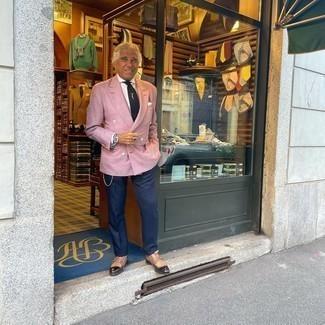 Как одеваться мужчине за 60: Дуэт розового двубортного пиджака и темно-синих классических брюк выглядит очень модно и элегантно. Завершив образ коричневыми кожаными монками с двумя ремешками, ты привнесешь в него свежую нотку.