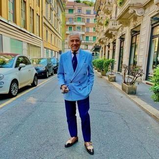 Как одеваться мужчине за 60: Голубой двубортный пиджак в клетку в паре с темно-синими классическими брюками позволит исполнить строгий деловой стиль. Создать красивый контраст с остальными составляющими этого образа помогут коричневые кожаные монки с двумя ремешками.