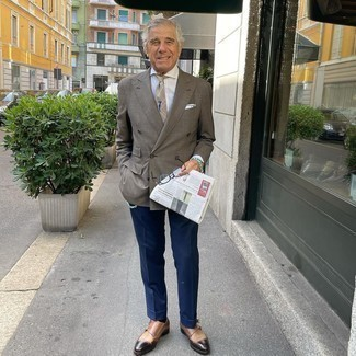 Как одеваться мужчине за 60: Несмотря на то, что это достаточно сдержанный ансамбль, сочетание коричневого двубортного пиджака в клетку и темно-синих классических брюк всегда будет выбором стильных мужчин, неизменно пленяя при этом сердца прекрасных дам.