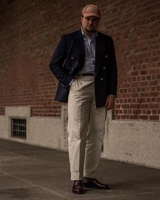 Мужские луки: Несмотря на то, что это классический лук, образ из темно-синего двубортного пиджака и бежевых классических брюк приходится по вкусу джентльменам, пленяя при этом сердца представительниц прекрасного пола. Не прочь поэкспериментировать? Заверши образ темно-коричневыми кожаными лоферами.