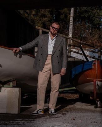 Мужские луки: Темно-серый шерстяной двубортный пиджак в шотландскую клетку в паре со светло-коричневыми классическими брюками поможет создать стильный и привлекательный лук. Такой ансамбль несложно приспособить к повседневным реалиям, если завершить его бело-черными кожаными высокими кедами.