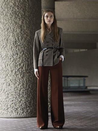 Как и с чем носить: темно-коричневый двубортный пиджак в клетку, белая классическая рубашка, коричневые широкие брюки, коричневые кожаные ботильоны