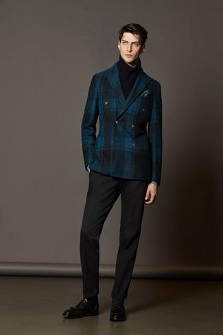 Модный лук: темно-синий шерстяной двубортный пиджак в шотландскую клетку, черные классические брюки, черные кожаные классические ботинки, темно-бирюзовый нагрудный платок