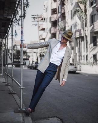Как и с чем носить: серый двубортный пиджак, белая лонгслив с горловиной на пуговицах, темно-синие классические брюки, темно-коричневые замшевые лоферы