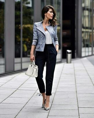 Как и с чем носить: голубой двубортный пиджак, белая майка, темно-синие брюки-галифе, серые кожаные туфли со змеиным рисунком