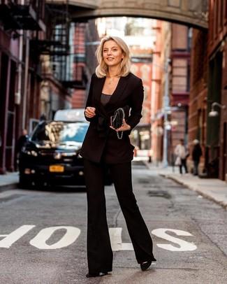 Мода для 30-летних женщин: Для похода в кино или кафе чудесно подойдет ансамбль из черного двубортного пиджака и черных брюк-клеш. Что до обуви, черные замшевые туфли — самый уместный вариант.