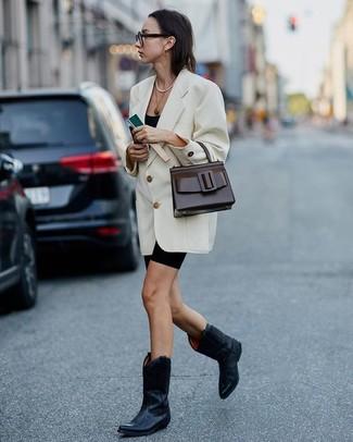 Как и с чем носить: белый двубортный пиджак, черная майка, черные велосипедки, черные кожаные ковбойские сапоги