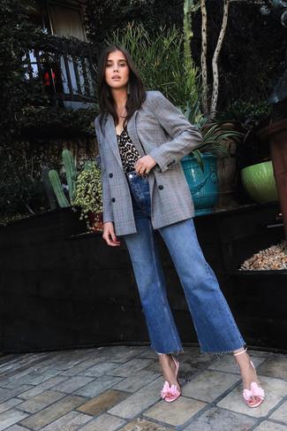 Как и с чем носить: серый двубортный пиджак в клетку, светло-коричневая майка с леопардовым принтом, синие джинсы-клеш, розовые кожаные босоножки на каблуке