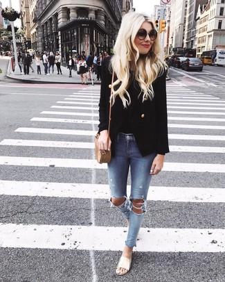 Как и с чем носить: черный двубортный пиджак, черная майка, голубые рваные джинсы скинни, золотые кожаные сандалии на плоской подошве