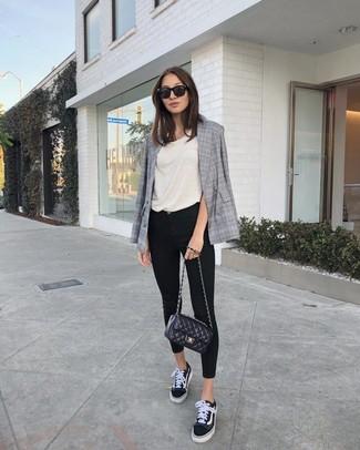 Как и с чем носить: серый двубортный пиджак в шотландскую клетку, бежевая майка, черные джинсы скинни, черно-белые низкие кеды из плотной ткани